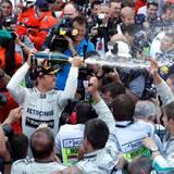 Der Sieger Nico Rosberg verteilt den Champagner in der Menge.