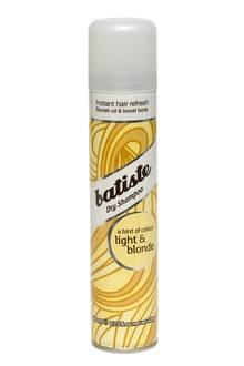 """Das """"Light & Blonde""""-Trockenshampoo wird in den Ansatz gesprüht und frischt ihn so auf. Von Batiste, 200 ml, ca. 5 Euro"""