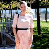 Ausgeglichen wirkt nicht nur Michelle Hunziker selbst, sondern auch das roséfarbene Faltenrock-Kleid mit schwarzem Gürtel, passender Tasche und Pumps.