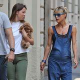 Besonders für relaxte Schwangere wie Michelle Hunziker ist der wiederbelebte Latzhosen-Trend ein echter Segen. Einfach ein schwarzes Top darunter und flache Zehentrenner an die Füße, schon kann der Stadtbummel mit Tochter Aurora und ihrem Verlobten Tomaso losgehen.