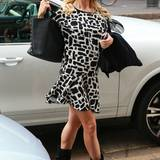 Frisch verheiratet und strahlend schön ist Michelle Hunziker im schwarz-weiß gemusterten Kleid mit rockigen Boots in Mailand unterwegs.