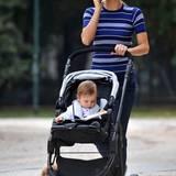 Längsstreifen sollen ja bekanntlich schlank machen. Das hat Michelle Hunziker zu Beginn ihrer zweiten Schwangerschaft jedoch noch gar nicht nötig und kombiniert das figurbetonte Oberteil zu einer Skinny Jeans.