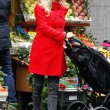 Beim Einkauf nicht zu übersehen ist Michelle Hunziker im knallroten Wintermantel, den sie mit grauer Jeans kombiniert.