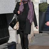 Lady in Black: Michelle Hunziker zeigt, dass auch dezente Spitzenkleider ihren Babybauch schick einhüllen. Einer schöner Ausgleich dazu sind ihre geliebten Biker-Boots.