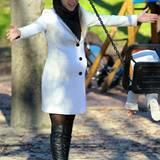 Schwarz-Weiß-Look: Dem weißen Herbstmantel setzt Michelle Hunziker schwarze Kontraste wie die flachen Overknees, Schal und Fedora entgegen.