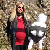 Wann ist es denn endlich soweit? Michelle Hunziker spielt auch im hochschwangeren Zustand noch bestens gelaunt mit Töchterchen Sole auf dem Spielplatz. Im engen, roten Pullover-Kleid, Leggings und hohen Sneakern sieht sie dabei wie immer mühelos schick aus.
