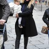 Gegensätze ziehen sich an: Während Michelle Hunziker ihr Töchterchen Sole helle Schnürer und komplett in weiß angezogen hat, bildet sie mit ihrer eigenen Kleiderwahl einen starken Kontrast zu dem niedlichen Sprössling. Allein ihr kuscheliger Strick-Rolli - mit dem sie ihren Babybauch warm hält - ist nicht in Schwarz gehalten.