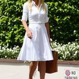 Klassisch-elegant im weißen, taillierten Sommerkleid und mit bequemen Keilsandaletten schlendert Michelle durch Mailand.