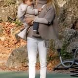 Partnerlook mit Sole: Kuschelig eingekleidet in warmen, herbstlichen Erdtönen haben sich Michelle und ihre niedliche Tochter zum Besuch auf dem Spielplatz.
