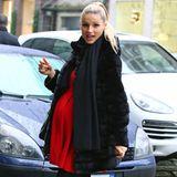 Ganz schön rund ist Michelle Hunzikers Babykugel schon und im leuchtend roten Minikleid gut sichtbar. Warm gehalten wird sie im schwarzen Eco-Pelzmantel von Trussardi.