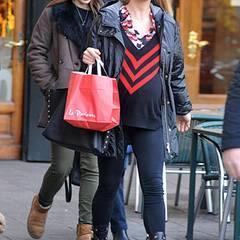Rot und schwarz scheinen derzeit die Lieblingsfarben von Michelle Hunziker zu sein. In dezentem Mustermix-Look ist sie mit ihrer Tochter Aurora in Bergamo unterwegs.