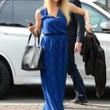 Mit einem breiten Lächeln und Schlangen-Print auf ihrem Maxi-Kleid lenkt Michelle Hunziker von ihrem Mini-Bauch ab.