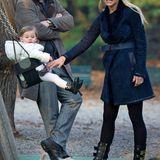 Auch beim Familientag auf dem Spielplatz kleidet sich Michelle mit blauem Wildledermantel und Biker-Boots zur Legging sehr stylisch.