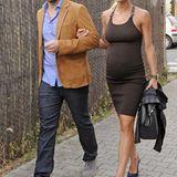 Black is beautiful: Eine strahlende Michelle spaziert auf High Heels und im schlichten schwarzen Kleid am Arm ihres Liebsten.