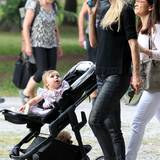 Mit einem Spieltelefon lenkt Michelle Hunziker die Aufmerksamkeit von Töchterchen Sole auf sich. An ihrem Outfit wird diese jedoch ihrer Hose mit metallischem Glanz zuteil.