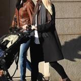 Zu Michelles dunklem, schlichtem Winter-Outfit passen auffällige Leo-Print-Boots als Highlight hervorragend.