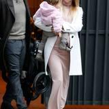 Die Crème de la Crème der Partner-Looks bildet Michelle Hunziker zusammen mit Töchterchen Sole Trussardi. Passend zu Michelles hellem Ensemble, bestehend aus nudefarbenem Maxi-Kleid, elegantem Mantel und Hut, trägt die Mini-Hunziker eine rosa Flausche-Jacke. Besonders cool und einziger Stilbruch: Soles stylische Leo-Schnürer.