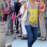 Feierlaune: Zumindest auf ihrem Muskelshirt fragt Michelle noch nach der After-Party auf Ibiza. Jeans dazu, fertig!