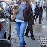 Sportlich in Jeans und mit Lederjacke und Schuhen farblich toll abgestimmt zieht Michelle Hunziker mit ihrer kleinen Hündin Lilly durch Mailand.