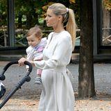 Das schicke Tunika-Kleid betont nicht nur Michelle Hunzikers Taille wunderbar, sondern hebt auch optimal ihr kleines Baby-Bäuchlein hervor.