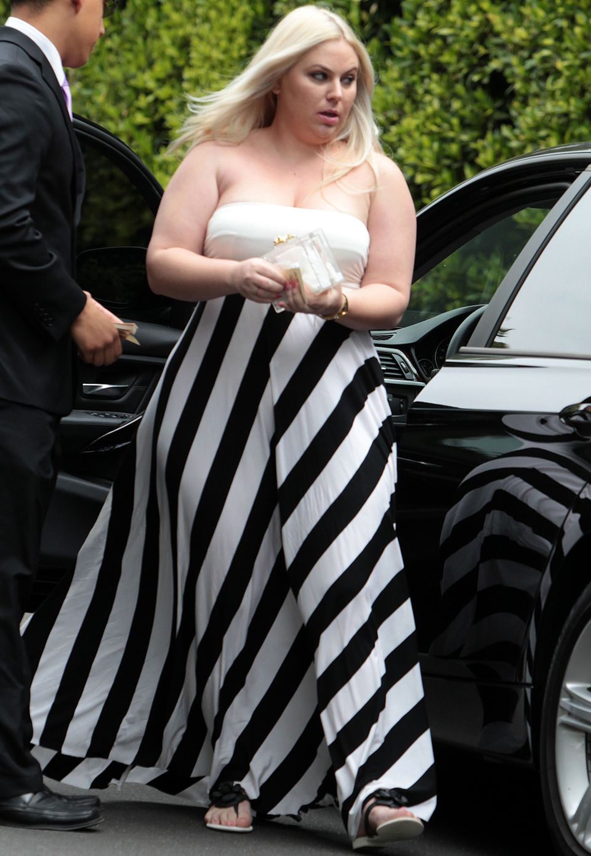 Sie kann auch elegant: Hollywood-Spaßvogel Rebel Wilson erschien im bodenlangen Dress mit Querstreifen auf der Feier ihrer Freundin.