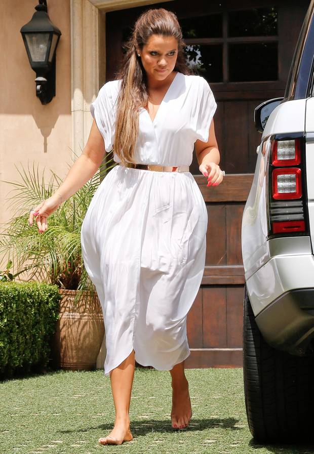 Kims kleine Schwester Khloe Kardashian wählte ein griechisch-anmutendes, halblanges Sommerkleid in Weiß, welches sie mit einem goldenen Spangengürtel zusammenhielt.