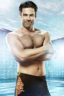 Der Moderator Carsten Spengemann wird sich an Wasserballett und Co. versuchen und hat sich eine knappe Badehose geschnappt. Konkurrenz bekommt er von...