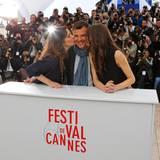 """Francois Ozon bekommt beim """"Jeune & Jolie (Young & Beautiful)""""-Fototermin ein Küsschen von Geraldine Pailhas und Marine Vacth."""
