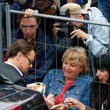 """""""The Great Gatsby""""-Star Leonardo DiCaprio gibt fleißig Autogramme."""