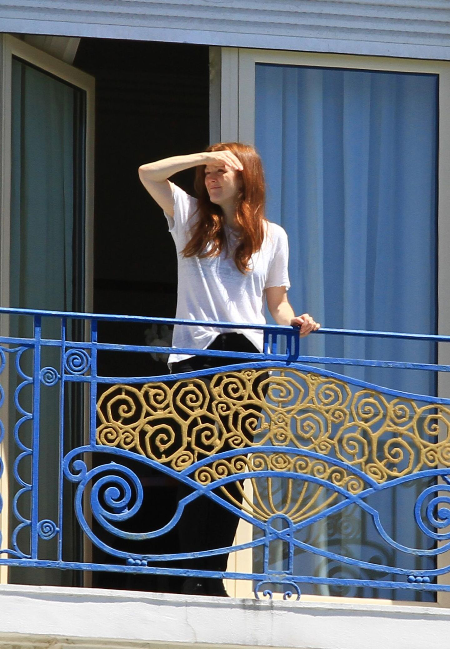 Auch Julianne Moore ist nach Cannes gereist und wirft schon mal einen Blick vom Hotel-Balkon.