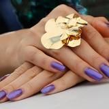 Diese auffälligen Hände gehören zu der chinesischen Schauspielerin Zhang Ziyi.