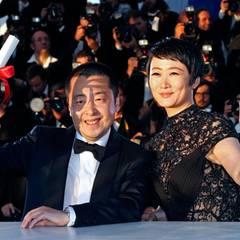 """""""A Touch Of Sin"""" wird in der Kategorie """"Bestes Drehbuch"""" ausgezeichnet. Regisseur Jia Zhangke und Schauspielerin Zhao Tao freuen sich riesig."""