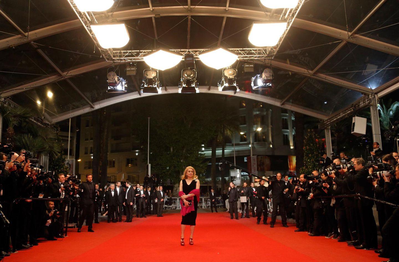 """Etwas verloren wirkt Catherine Deneuve bei ihrer Ankunft zu """"Les Salauds""""."""