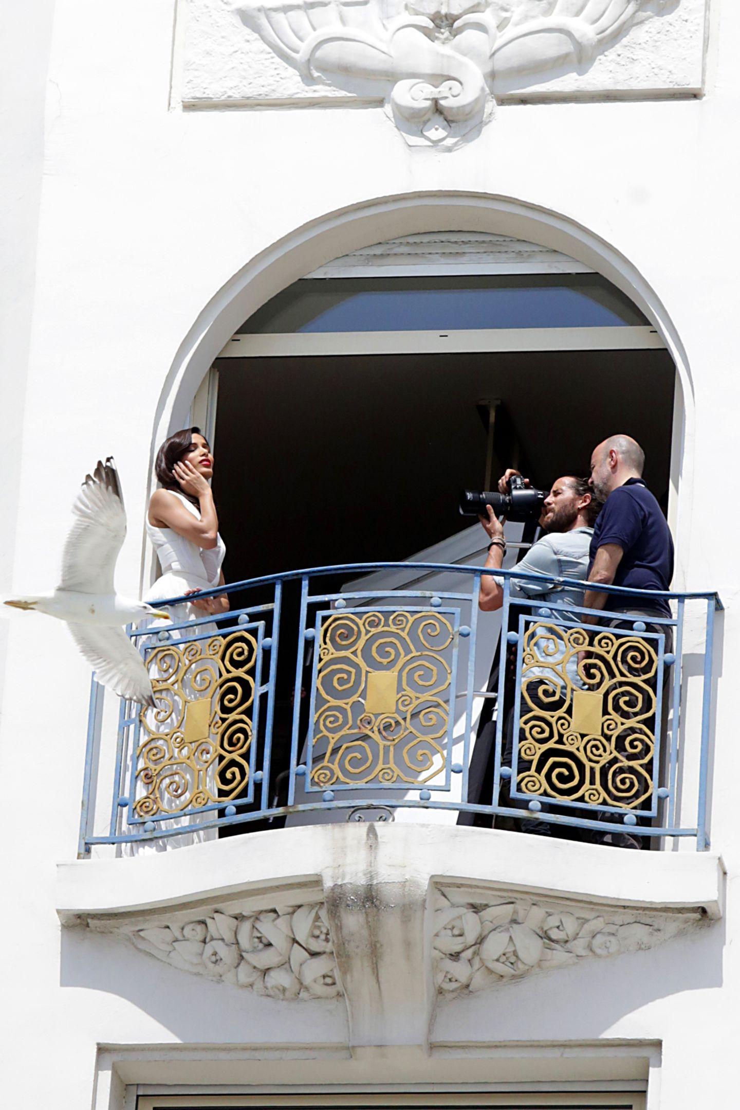"""Freida Pinto wird für ein Fotoshooting auf einem Balkon des """"Martinez""""-Hotels in Szene gesetzt."""
