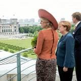DIe Bundeskanzlerin präsentiert ihren Besuchern aus den Niederlanden den Blick über das Berliner Regierungsviertel.