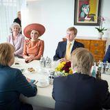 Gemeinsam mit dem niederländischen Außenminster Frans Timmermanns und Kanzlerin Angela Merkel haben König Willem-Alexander und Königin Máxima an einem Tisch im Kanzleramt Platz genommen.