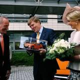 Opel-Chef Karl-Thomas Neumann überreicht dem König das Model eines Ampera.