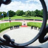 Die Ehrenformation des Wachbataillons der Bundeswehr ist vor dem Schloss Bellevue in Berlin aufmarschiert.