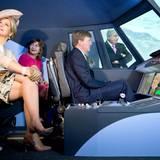 In Frankfurt am Main ist König Willem-Alexander ganz in seinem Element: Der begeisterte Pilot bekommt die Gelegenheit, sich einen Flugsimulator anzuschauen.
