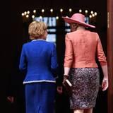 Königin Máxima und Daniela Schadt unterhalten sich angeregt, während sie ins Schloss Bellevue gehen.