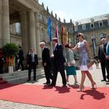Mit dem baden-württembergischen Ministerpräsidenten Winfried Kretschmann begibt sich das niederländische Königspaar in das Neue Schloss in Stuttgart.