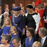 Beim Einzug in die Kirche richten sich ale Augen auf die kleinen Prinzessinnen, die sogar noch vor ihrer Großmutter Prinzessin Beatrix gehen.