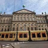 Die Straßenbahn am Dam Square ist der royalen goldenen Kutsche nachempfunden.