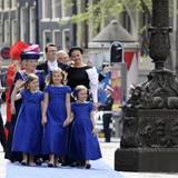 Auf dem Weg in die Nieuwe Kerk zur Huldigung: Die Prinzessinen Amalia, Alexia und Ariane tragen Kleider in Nassau-Blau. Hinter ihnen kommen Prinzessin Beatrix, Prinz Constantijn, Prinzessin Laurentien und Prinzessin Mabel.