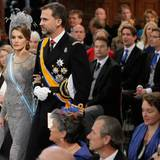 Mit ernster Miene schreiten Prinzessin Letizia und Prinz Felipe von Spanien durch die Kirche.