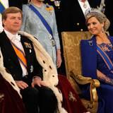 Der neue König wirkt ernst und ergriffen, während seine Frau ihn von der Seite anstrahlt.