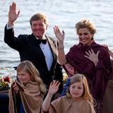 Die niederländische Königsfamilie winkt vom Boot des Schiffes aus.