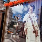 Die Geschäfte in Holland bereiten sich auf den letzten Königinnentag vor - so wie dieses Geschäft gegenüber vom Königspalast in Amsterdam.