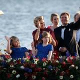 Das Boot ist prachvoll geschmückt mit Blumen und wird von einem ganzen Tross von anderen Booten und Schiffen begleitet.