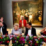 Königin Beatrix hat am Vorabend ihrer Abdankung zum Galadinner geladen. Prinz Willem-Alexander hat Prinzessin Lalla Salma von Marokko als Tischdame. Neben der Königin sitzt der Premierminister.